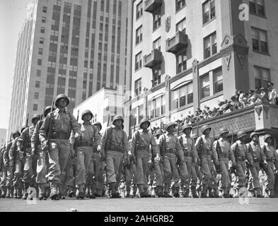 American troops preparing to ship out for World War II, 1942 Miami. The precise date is unknown, but probably late March 1942. - Stock Photo