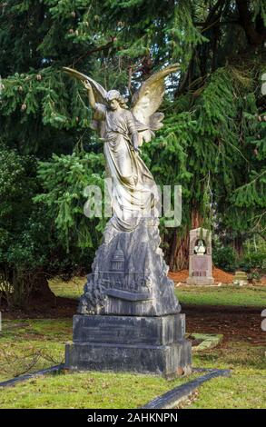 Memorial with statue of an angel in South Cemetery, Brookwood Cemetery, Cemetery Pales, Brookwood, near Woking, Surrey, southeast England, UK - Stock Photo