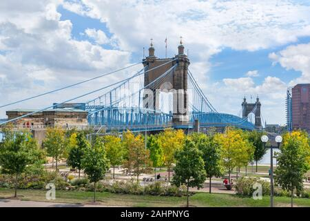 John A. Roebling Suspension Bridge and Smale Riverfront Park, Cincinnati, Ohio, USA. - Stock Photo