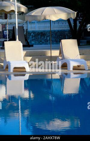 Liegestühle und Sonnenschirme am Swimmingpool, Kyrenia / Girne, Türkische Republik Nordzypern - Stock Photo