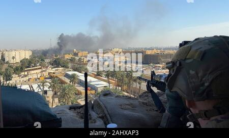 Baghdad, Iraq. 31 December, 2019. U.S. Army Soldiers from 1st Brigade, 25th Infantry Division, Task Force-Iraq, man an observation post at Forward Operating Base Union III overlooking the U.S. Embassy Compound following violent protests by Iran backed militias January 1, 2020 in Baghdad, Iraq. Credit: Maj. Charlie Dietz/Planetpix/Alamy Live News - Stock Photo