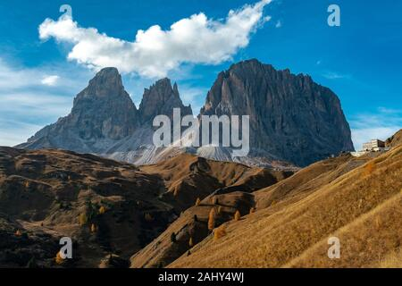 Scenic view of the Langkofel and Plattkofel mountains in the italian Dolomites seen from the Sella pass with the Mariaflora refugio in the background. - Stock Photo