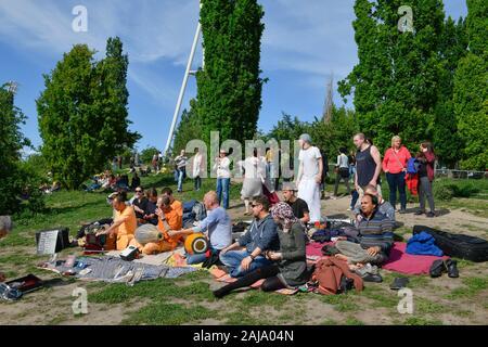 Hare-Krishna-Jünger im Mauerpark, Prenzlauer Berg, Pankow, Berlin, Deutschland - Stock Photo