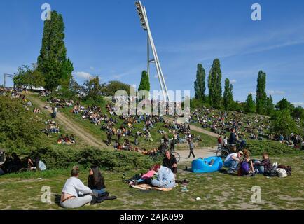 Menschen im Mauerpark, Prenzlauer Berg, Pankow, Berlin, Deutschland - Stock Photo