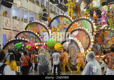 Rio de Janeiro, Brazil, February 26, 2017. Float, causes accident and injures during the parade of samba schools in the sambadrome of the city of Rio - Stock Photo