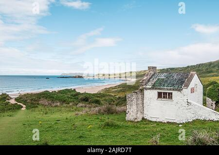 Cabin at the coast in Ireland - Stock Photo