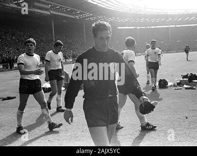 London, Deutschland. 06th Jan, 2020. goalkeeping legend Hans TILKOWSKI passed away at the age of 84, archive photo; Final game of the 1966 World Cup in London's Wembley Stadium England - Federal Republic of Germany 4: 3, the German players leave the field, front goalwart Hans TILKOWSKI, landscape format, SW recording, July 30, 1966. | usage worldwide Credit: dpa/Alamy Live News - Stock Photo