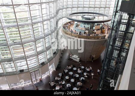 The National Art Center (国立新美術館, Kokuritsu Shin-Bijutsukan) (NACT) is a museum in Roppongi, Minato, Tokyo, Japan. - Stock Photo
