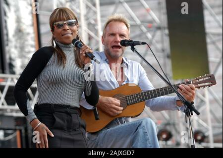 Verona Italy 09/20/2003, Arena : Mary J. Blige with Sting during the soundcheck before the concert of the musical event 'Festivalbar 2003'. - Stock Photo