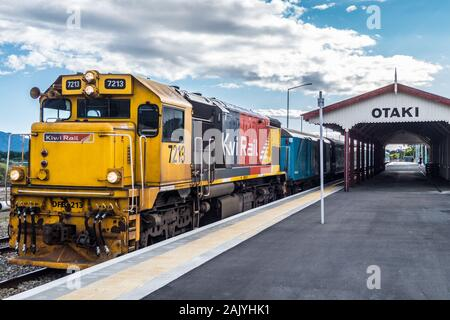 DF class locomotive no. 7213, Capital Connection long-distance commuter train at Ōtaki station, North Island, New Zealand - Stock Photo