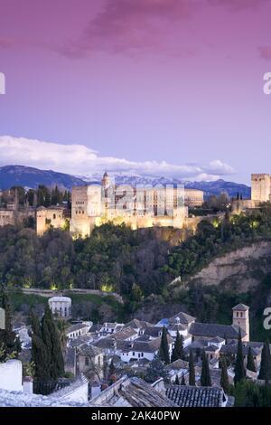 Blick vom Viewpoint San Nicolas in Granada auf Alhambra und die schneebeckten Berge der Sierra Nevada, Andalusien, Spanien   usage worldwide