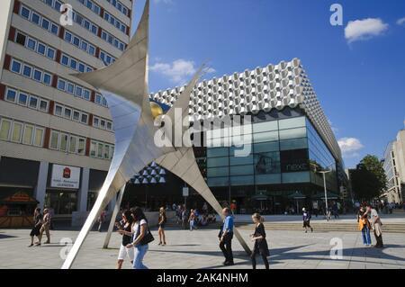 Skulptur und Centrum Galerie in der Fußgängerzone Prager Straße, Dresden   usage worldwide