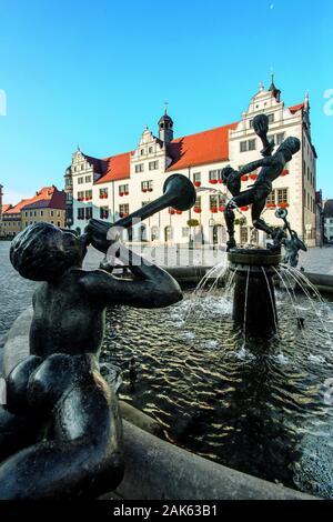 Torgau: Marktplatz mit Rathaus und Marktbrunnen 'Narren und Musikanten', Sachsen | usage worldwide - Stock Photo
