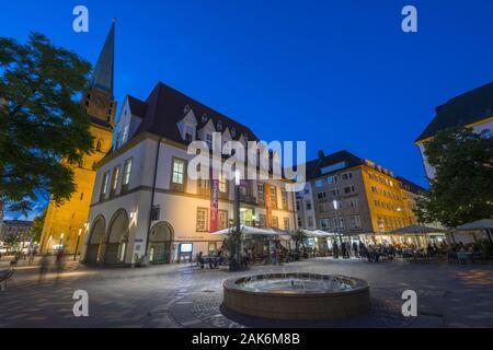 Bielefeld: Alter Markt mit Theater am Alten Markt (TAM), im Hintergrund der Turm der Altstaedter Nicolaikirche, Teutoburger Wald | usage worldwide - Stock Photo