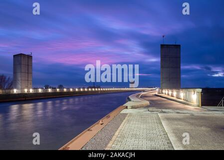 Magdeburg, Germany. 07th Dec, 2019. View of the waterway intersection. The Mittellandkanal flows at this point in a trough bridge over the Elbe. The building belongs to the transport project German Unity No. 17. Credit: Stephan Schulz/dpa-Zentralbild/ZB/dpa/Alamy Live News - Stock Photo