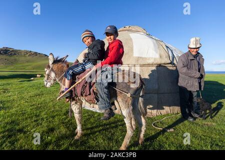 Kyrgyzstan, Naryn province, Son-Kol lake, altitude 3000m, nomadic man and children in front of a yurt - Stock Photo