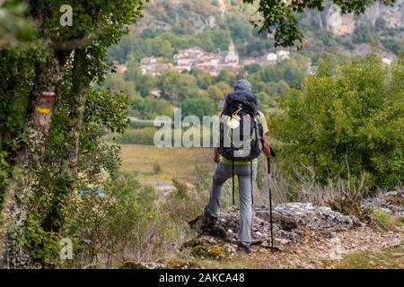 France, Lot, Geropark of Quercy, pilgim of Saint-Jacque to Compostelle on hiking trail GR65 under Lot river and valley, upper side of Vers village - Stock Photo