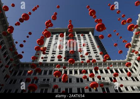 Hong Kong, CHINA. 10th Jan, 2020. Hong Kong's famous Landmark, PENINSULA HOTEL is decorated with floating Chinese Red Lanterns as celebration of Year of the Rat is coming in two weeks.Jan-10, 2020 Hong Kong.ZUMA/Liau Chung-ren Credit: Liau Chung-ren/ZUMA Wire/Alamy Live News - Stock Photo