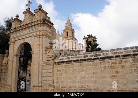Zugang zum Heiligtum Unserer Lieben Frau, im Hintergrund Kirchturm der Pfarrkirche , Mellieha, Malta - Stock Photo