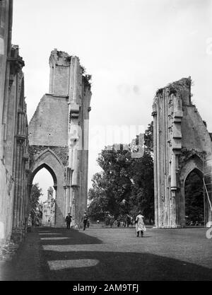 Archive image, circa 1920s, of visitors at Glastonbury Abbey, Somerset. Scanned from original glass negative. - Stock Photo