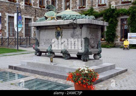 Denkmal für gefallene Soldaten der Weltkriege vor der ehemaligen Benediktiner-Abtei, Malmedy, Provinz Lüttich, Belgien - Stock Photo