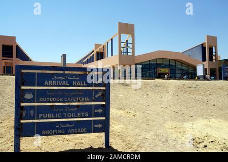 Wegweiser vor Flughafengebäude Marsa Alam, Ägypten - Stock Photo