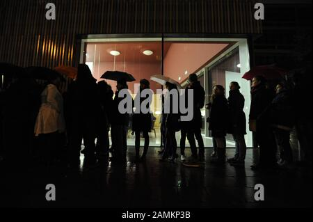 Visitor queues in front of the Museum Brandhorst during the Long Night of Museums in Munich. [automated translation] - Stock Photo