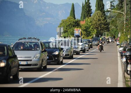 Traffic jam on the shore road Gardesana Occidentaleder on the western side of Lake Garda from Riva del Garda in the north to Desenzano in the south. [automated translation] - Stock Photo