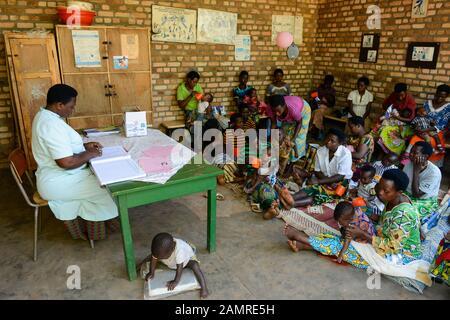 RWANDA, Butare, health center Gikonko, milk distribution to infant with mother - Stock Photo