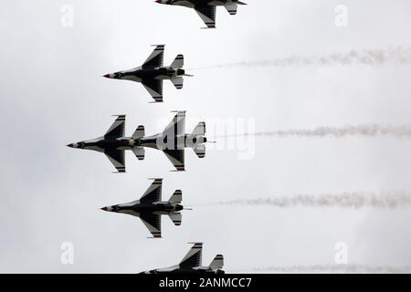 The United States Air Force Thunderbirds aerobatic team performs in an airshow at the Indiana Air National Guard Base in Fort Wayne, Indiana, USA. - Stock Photo