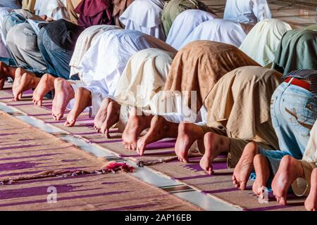 Muslims praying inside Jama Mashid in Lahore, one of the largest mosques in Asia - Stock Photo