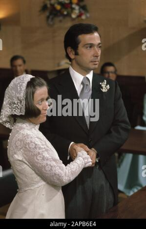 civil marriage Princess Christina and Jorge Guillerm in Town Hall in Baarn; the moment Date: April 30, 1975 Keywords: marriages, town halls Personal name: Christina, princess, Guillermo, Jorge - Stock Photo