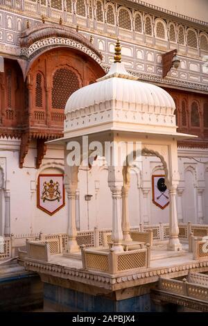 India, Rajasthan, Shekhawati, Bikaner, city centre, Junagarh Fort, small chhatri memorial in courtyard - Stock Photo