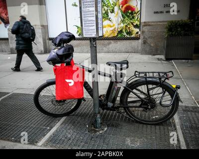 A delivery person's bicycle with a DoorDash branded tote in the Chelsea neighborhood of New York on Friday, January 10, 2020. (© Richard B. Levine) - Stock Photo