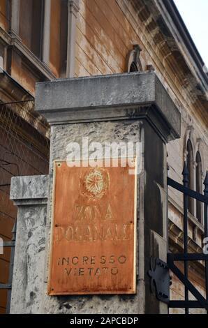 Trieste, Italien: Hafenstadt an der Adria: altes Schild am Zollgebäude im Hafen - Stock Photo