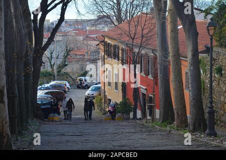 Trieste, Italien: Hafenstadt an der Adria: Gasse auf dem Burghügel - Stock Photo