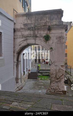 Trieste, Italien: Hafenstadt an der Adria: römischer Bogen - Stock Photo