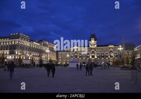 Trieste, Italien: Hafenstadt an der Adria: Rathaus und Platz - Stock Photo