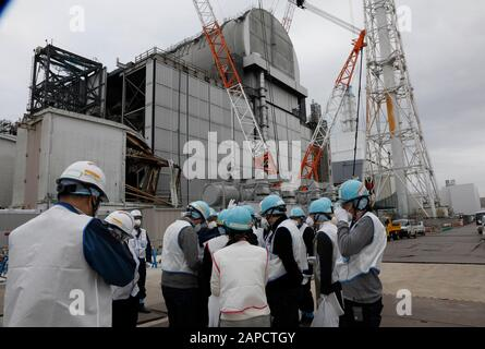 Okuma, Fukushima, Japan. 22nd Jan, 2020. Journalists inspect Unit 3 (L) and Unit 4 (R-Rear) reactor houses during their inspection tour at tsunami-devastated Tokyo Electric Power Company (TEPCO) Fukushima Daiichi Nuclear Power Plant in Okuma town, Fukushima Prefecture, 22 January 2020. The storage tanks including water processed in the ALPS will be full around summer of 2022, TEPCO has told. Japanese government need to decide soon how manage the processed water still including tritium. Credit: Kimimasa Mayama/POOL/ZUMA Wire/Alamy Live News - Stock Photo