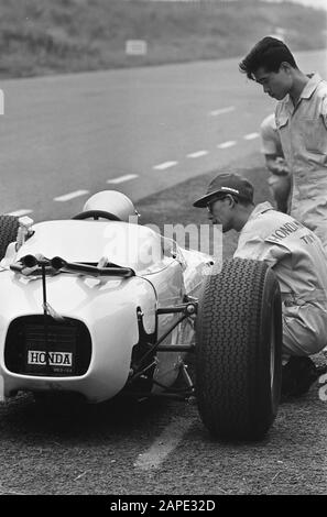 Car first at the Zandvoort circuit, nr. 10 the 12 cylindermotor Date: 21 July 1964 Keywords: circuits, racing cars - Stock Photo