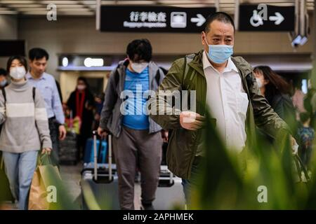 Hong Kong, China. 23rd Jan 2020. Travellers line up at the departure hall of the West Kowloon Rail station. Hong Kong is in high alert as the coronavirus outbreak killed 17 people in China so far, travellers are being cautious and many put on surgical mask as they travel. Credit: Keith Tsuji/ZUMA Wire/Alamy Live News - Stock Photo