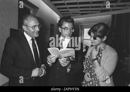 Book Save the earth in the perspective of the World Conservation Strategy presented and offered to minister Kees van Dijk of development cooperation Description: The author of the book Peter Nijhoff (left) and drs. Irene Dankelman (right) with minister Van Dijk and the book Date: 17 September 1981 Keywords: books, environment management, ministers, presentations Personal name: Dankelman, Irene E.M., Dike, Kees van, Nijhoff, Peter - Stock Photo