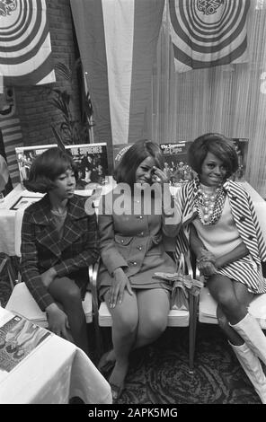 Diana Ross and The Supremes during press conference at Hiltonhotel in Amsterdam Date: 15 January 1968 Location: Amsterdam, Noord-Holland Keywords: press conferences Personal name: Ballard, Florence, Ross, Diana, Wilson, Mary Institution name: Hiltonhotel, Supremes, The - Stock Photo