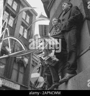 Marriage princess Beatrix and Claus von Amsberg, children with flags Date: March 10, 1966 Keywords: marriages Personal name: Beatrix, princess, Claus, prince - Stock Photo