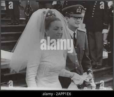 Marriage princess Margriet and mr. Van Vollenhove. The newlyweds leave Huis ten Bosch in The Hague Date: 10 January 1967 Location: The Hague, Zuid-Holland Keywords: marriages, churches, royal house, princesses, town halls Personal name: Margriet, princess, Vollenhoven, Pieter van - Stock Photo