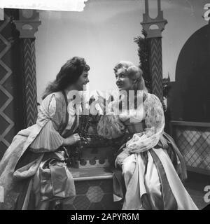 Opera Die entfuhrung aus dem Serail, Dini Tadema en J. Knaap Date: February 2, 1961 Keywords: OPERAS Person name: Dini Tadema, J. Knaap - Stock Photo