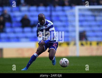 Madejski Stadium, Reading, Berkshire, UK. 25th January 2020; Madejski Stadium, Reading, Berkshire, England; English FA Cup Football, Reading versus Cardiff City; Sone Aluko of Reading brings the ball forward - Strictly Editorial Use Only. No use with unauthorized audio, video, data, fixture lists, club/league logos or 'live' services. Online in-match use limited to 120 images, no video emulation. No use in betting, games or single club/league/player publications - Stock Photo