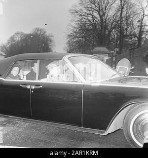 The Belgian Cabinet, King Baudouin and Queen Fabiola upon arrival in Brussels Date: 11 February 1966 Location: Brussels Keywords: arrivals, cabinets Personal name: Boudewijn, king of Belgium, Fabiola Queen