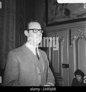 Award of the Criticism Prize to theatre group Centre  Egbert van Paridon Date: September 4, 1968 Location: Amsterdam, Noord-Holland Keywords: directors, portraits, theatre prizes, theatre prizes, personal name: Paridon, Egbert van - Stock Photo