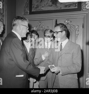 Award of the Criticism Prize to theatre group Center  Vlnr. A. Deering (Chairman Circle van Toneelcriteri), Walter Kous (director), Egbert van Paridon (director of the Centre) Date: 4 September 1968 Keywords: directors, group portraits, awards awards, directors, chairmen Personal name: Deering, A., Kous, Walter, Paridon, Egbert van - Stock Photo